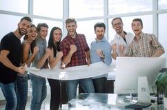 Équipe de créateurs heureuse se tenant dans le bureau Image stock