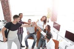 Équipe de créateurs se donnant de hauts cinq Photos libres de droits
