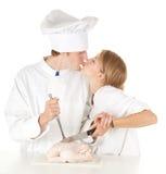 Équipe de cuisiniers préparant le poulet cru Photo stock