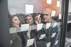 Équipe de démarrage ayant la séance de réflexion dans le bureau Photographie stock libre de droits