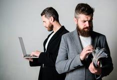 Équipe de développeur web avec l'ordinateur portable et le directeur commercial avec l'argent d'argent liquide Applications se dé image stock