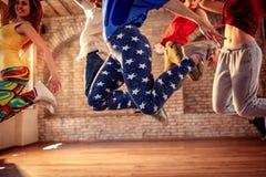 Équipe de danse - amis sautant pendant la musique Photo stock
