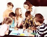 Équipe de dessin élémentaire d'enfants d'âge Photo stock