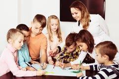 Équipe de dessin élémentaire d'enfants d'âge Images stock