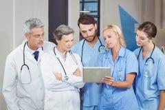 Équipe de docteur avec le comprimé numérique photo stock