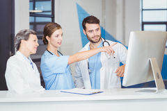 Équipe de docteur discutant au bureau d'ordinateur Photographie stock