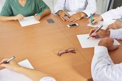Équipe de docteur lors d'une réunion Images stock