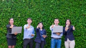 Équipe de femme d'affaires asiatique tenant le comprimé et célébrant le succe Photographie stock