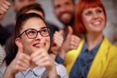 Équipe de femme d'affaires donnant le pouce vers le haut du signe de l'équipe d'affaires de succès Images libres de droits