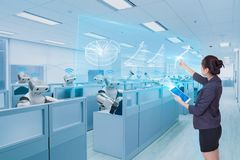 Équipe de femme d'affaires et de robot apprenant l'échelle de croissance d'affaires d'hologramme, futur concept de technologie images libres de droits