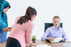 Équipe de femme d'affaires travaillant ensemble sur la table photo stock