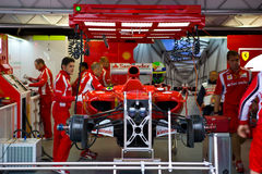 Équipe de Ferrari préparant le véhicule de Felipe Massaâs Photographie stock libre de droits