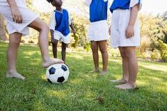 Équipe de football d'enfants parlant avant de jouer un match Image libre de droits