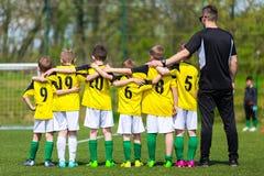 Équipe de football de la jeunesse avec l'entraîneur Jeune équipe de football sur le lancement photographie stock libre de droits