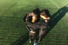 Équipe de football se tenant dans un petit groupe Image stock