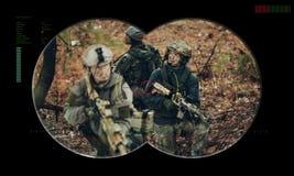 Équipe de gardes forestières pendant la délivrance d'otage d'opération de nuit vue  photo stock