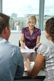 Gens d'affaires lors de la réunion images stock