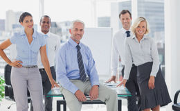 Équipe de gens d'affaires frais posant ensemble Images libres de droits
