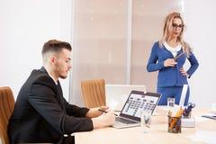 Équipe de gens d'affaires lors de la réunion dans la salle de conférence Images stock