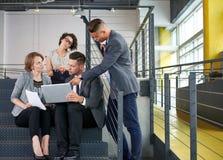 Équipe de gens d'affaires réussis ayant une réunion dans le bureau ensoleillé exécutif Image libre de droits