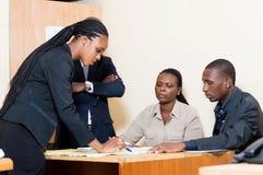 Équipe de gens d'affaires se réunissant dans un bureau Images libres de droits