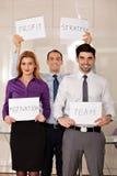 Équipe de gens d'affaires tenant des panneaux de carte Photo libre de droits