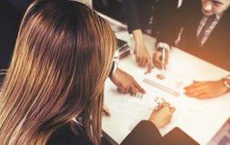 Équipe de gestion d'entreprise ayant une réunion photos stock