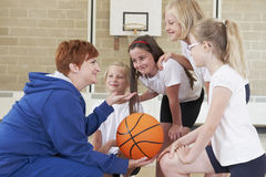 Équipe de Giving Team Talk To School Basketball de professeur Photos libres de droits