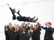 Équipe de grande entreprise basculant leur chef Photos libres de droits