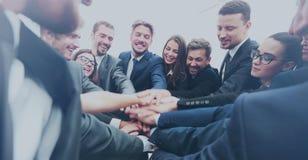Équipe de grande entreprise montrant l'unité avec leurs mains ensemble Photographie stock