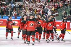 Équipe de hockey Canada de glace donnant des mercis des fans après jeu photos stock