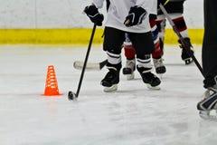Équipe de hockey de glace de la jeunesse à la pratique Photo libre de droits