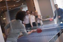 Équipe de jeune entreprise jouant le tennis de ping-pong Photos libres de droits