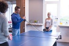 Équipe de jeune entreprise jouant le tennis de ping-pong Photo stock