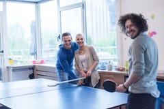 Équipe de jeune entreprise jouant le tennis de ping-pong Image libre de droits