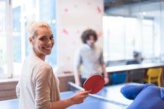 Équipe de jeune entreprise jouant le tennis de ping-pong Photos stock