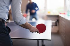 Équipe de jeune entreprise jouant le tennis de ping-pong Images stock