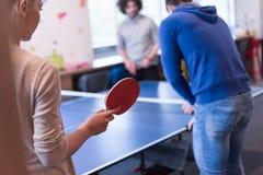 Équipe de jeune entreprise jouant le tennis de ping-pong Photo libre de droits