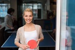 Équipe de jeune entreprise jouant le tennis de ping-pong Image stock