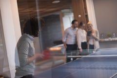 Équipe de jeune entreprise jouant le tennis de ping-pong Photographie stock