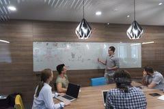Équipe de jeune entreprise sur la réunion Photos stock