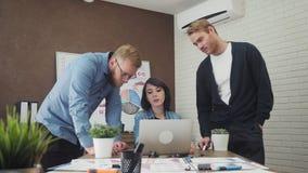 Équipe de jeunes directeurs commerciaux analysant des données utilisant l'ordinateur dans le bureau banque de vidéos