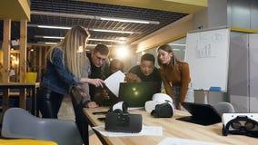 Équipe de jeunes hommes d'affaires travaillant dans le bureau moderne clips vidéos