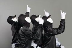 Équipe de jeunes types dans les masques se dirigeant vers le haut Images libres de droits