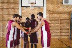 Équipe de joueurs de basket empilant des mains Photos libres de droits