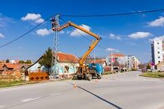 Équipe de ligne électrique au travail sur un poteau Photographie stock libre de droits