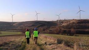 Équipe de mâle et de femelle de travailleur Turbines de vent, zone jaune banque de vidéos