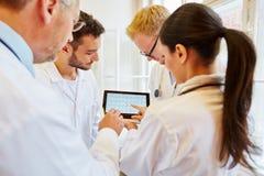 Équipe de médecins analysant ECG Images libres de droits