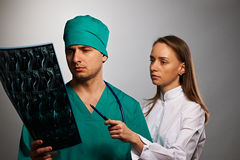 Équipe de médecins avec le balayage spinal d'IRM Photos libres de droits