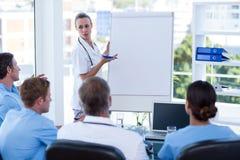 Équipe de médecins ayant la session de séance de réflexion photos libres de droits